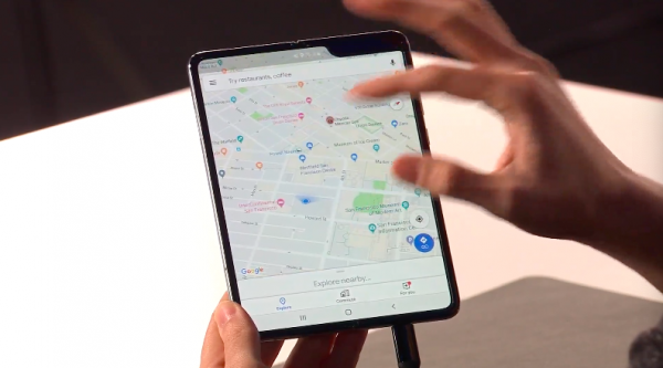 當主螢幕被打開後,可以直接延續封面螢幕在做的事,發表會現場三星就以操作Google Map來舉例。(圖/取自Samsung YouTube)