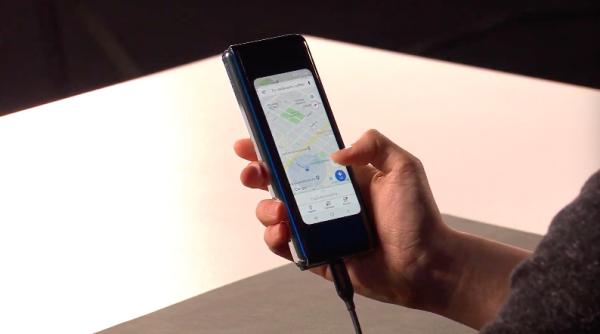 外層4.6寸的封面螢幕,螢幕比例為21:9,可以進行單手操控。(圖/取自Samsung YouTube)
