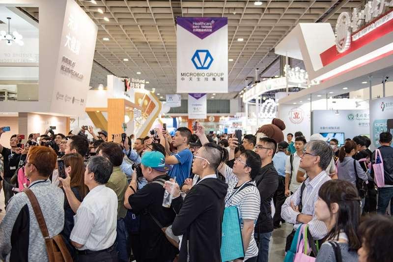 展期間攤位各秀出獨門新科技,現場民眾參與盛況(圖/風傳媒)