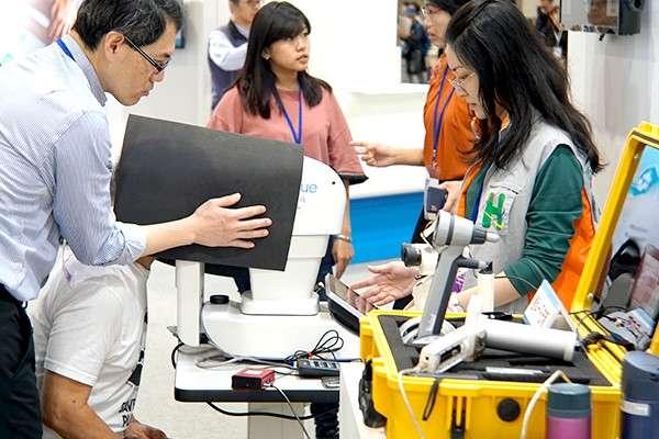 2018台灣醫療科技展現場提供大量檢測項目,讓民眾免費體驗各間醫院不同的高端檢測服務(圖/風傳媒)