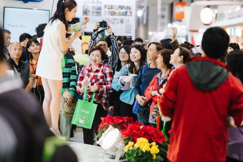 現場各家攤商祭出超殺優惠,民眾參與活動踴躍盛況(圖/風傳媒)