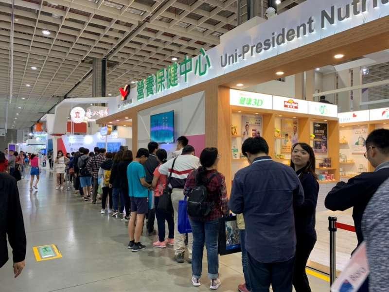 現場擁有各式各樣提供優惠與活動的攤位,民眾大排長龍前往消費(圖/風傳媒)
