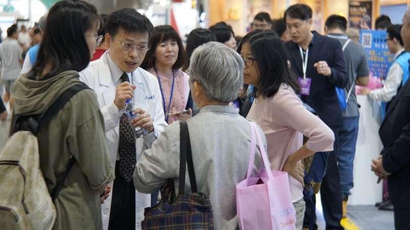 活動各個攤位不乏專業醫師,可以就近與民眾進行互動(圖/風傳媒)