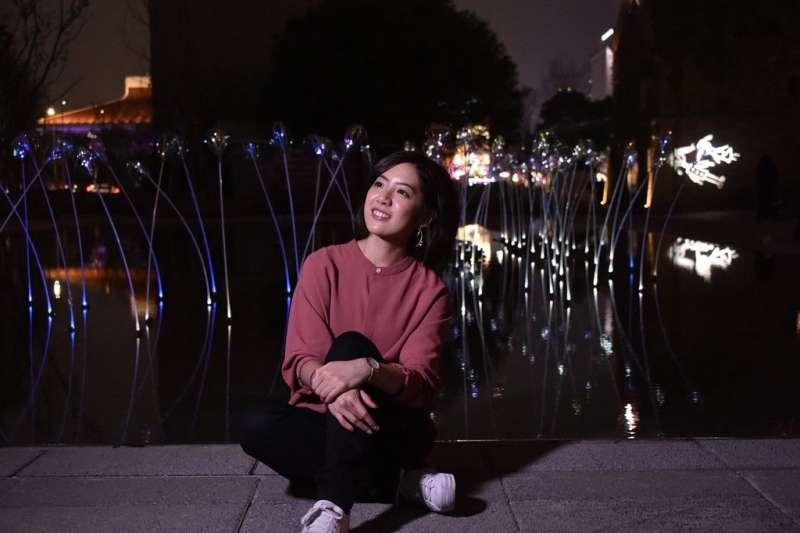 20190221-「學姊」黃瀞瑩示範如何拍出可愛有趣的網美照片,拍照地點植光.花。(取自台北市政府網站)