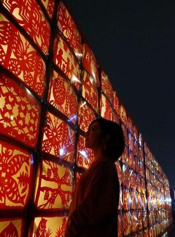 20190221「學姊」黃瀞瑩示範如何拍出可愛有趣的網美照片,拍照地點萬盛 點亮!萬盛庄。(取自台北市政府網站)