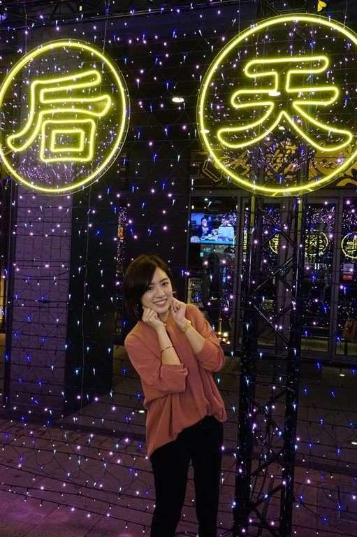 20190221-「學姊」黃瀞瑩示範如何拍出可愛有趣的網美照片,拍照地點后來的幸福。(取自台北市政府網站)