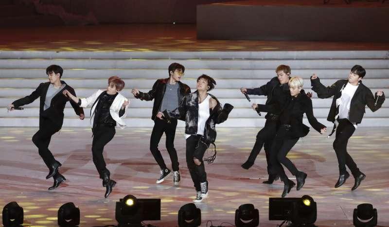 2019年2月9日,南韓偶像團體iKON在平昌奧運周年慶典上表演。(AP)