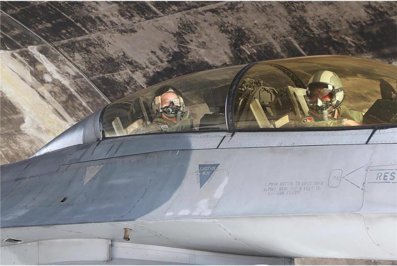 20190221_空軍司令部軍醫組長江國超(左),日前完成相關訓練後,同乘F-16戰機,更在空中完成空戰演練科目(ACM)9G同乘,是航醫第一人。(資料照,取自空軍司令部官網)