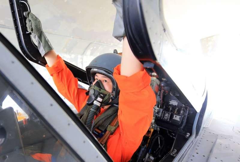 20190221_空軍航空醫官吳尹傑訓練期間完成離心機抗G力測試,通過9G考驗,他2016年曾同乘幻象2000,成為國內少數能夠同乘幻象的航醫。(資料照,取自國防部發言人臉書)