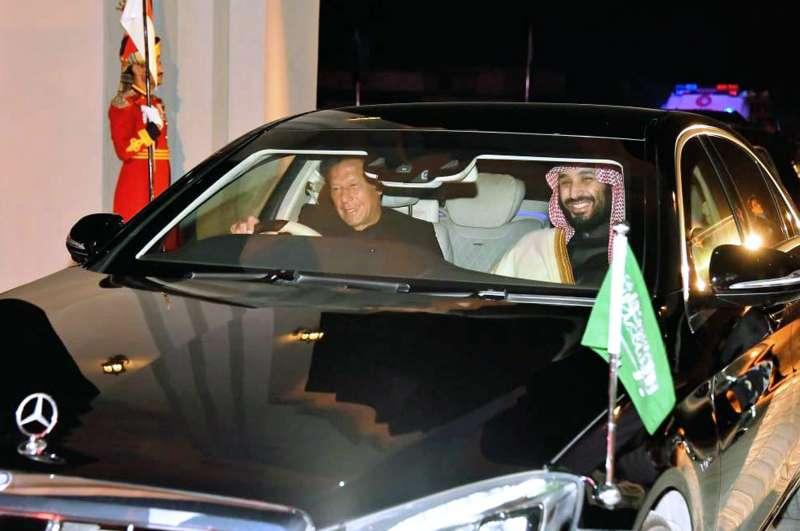 沙國王儲穆罕默德的亞洲行受到熱烈歡迎,巴基斯坦總理汗恩親自駕車到機場迎接。(AP)