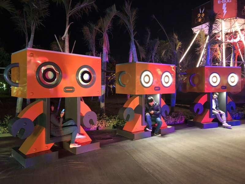 20190223-2019台灣燈會燈區占地廣達38公頃,展場內隨處可見藝術造型休閒椅,設置在綠能環保燈區的休憩座椅以機器人為造型,模樣相當可愛。(屏東縣政府提供)
