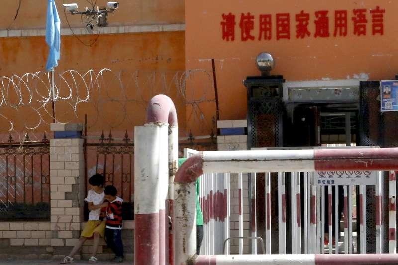 中國政府以體檢之名,蒐集新疆維吾爾族人的基因資料,進行全面監控。(AP)