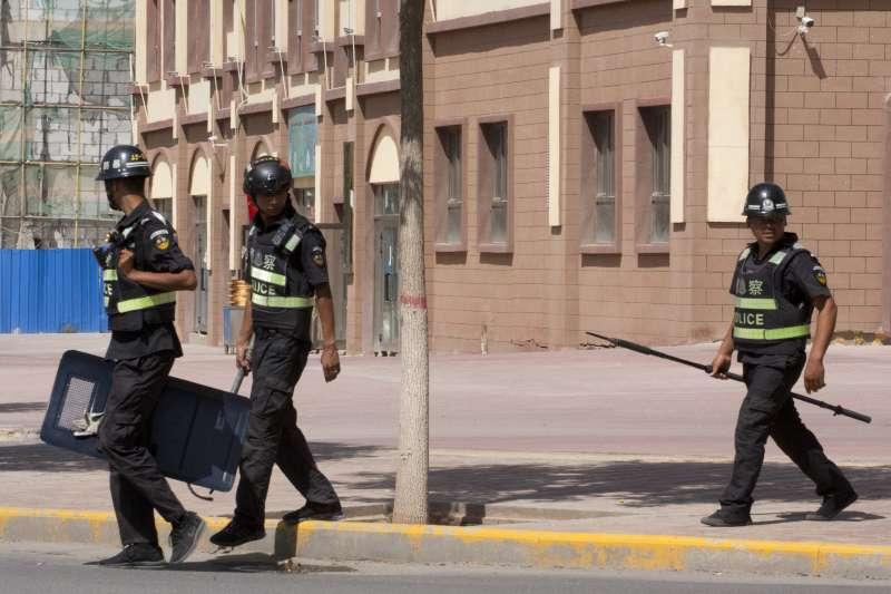 中國政府警方強迫新疆維吾爾族人進行體檢,以蒐集他們的基因資料。(AP)