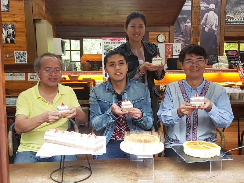 泰雅青年林孟儒(中)使用馬告、芭蕉等原鄉食材,創新迸出法式甜點。(圖/方詠騰攝)