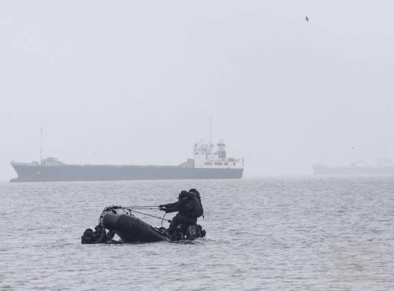 20190223-陸軍101兩棲偵查營期末鑑測水域作戰的測驗項目有武裝泅渡、武裝蛙泳、翻舟覆舟等,學員在海面上操作,遠處不時還有通過的大船。(取自軍聞社)
