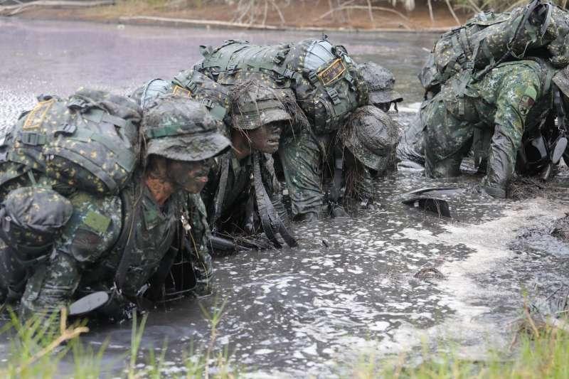 20190223-海龍蛙兵鑑測過程中,教官會不斷下達狀況給學員,要求在泥濘水溝中爬行、打滾,磨練執行力與服從性。(取自軍聞社)