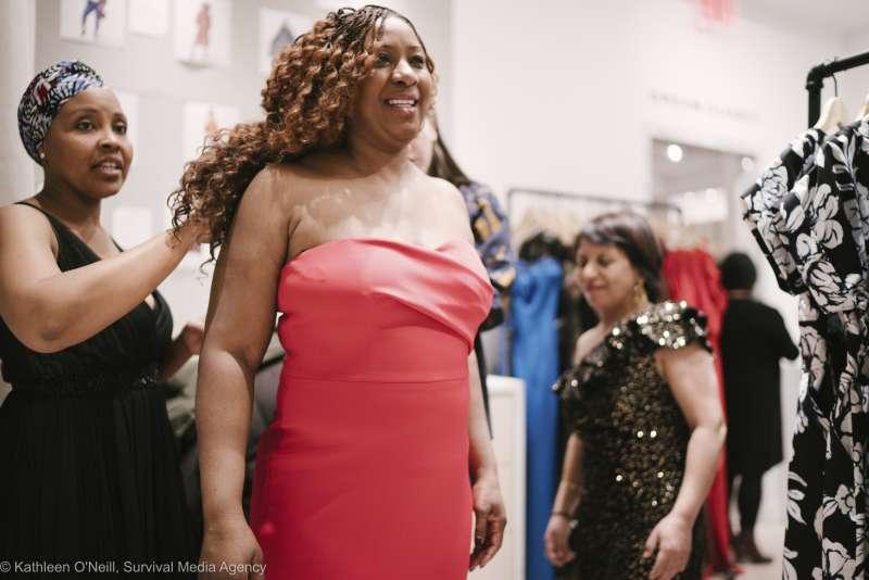 美國家事勞工聯邀請數十名家庭幫傭換上禮服和高跟鞋,以「我們家的英雄」之名走上紅毯。(美聯社)