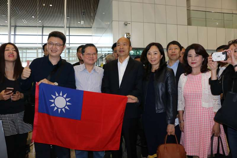 20190224_高雄市長韓國瑜(左四)、妻子李佳芬(左五)大馬行,民眾帶國旗熱烈歡迎。(高雄市政府提供)