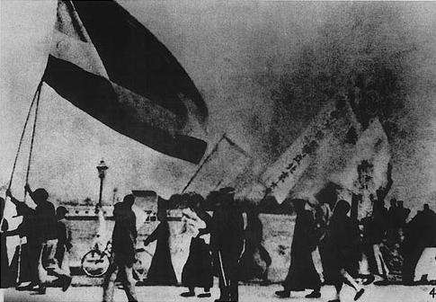 參與五四運動學生在北平舉着國旗遊行,當時的中華民國國旗為五色旗。(wikipedia/public domain)