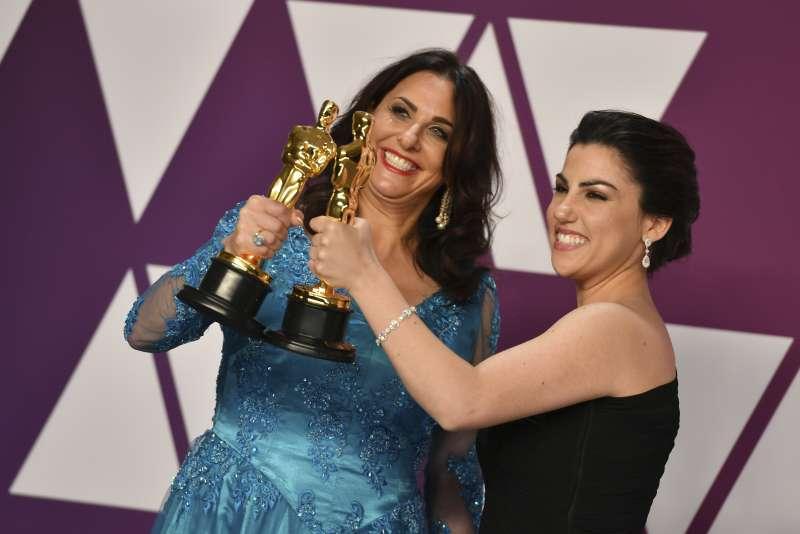 《月事革命》導演柴塔布齊(Rayka Zehtabchi,右)與製作人伯頓(Melissa Berton,左)開心展示手上的小金人獎座。(AP)
