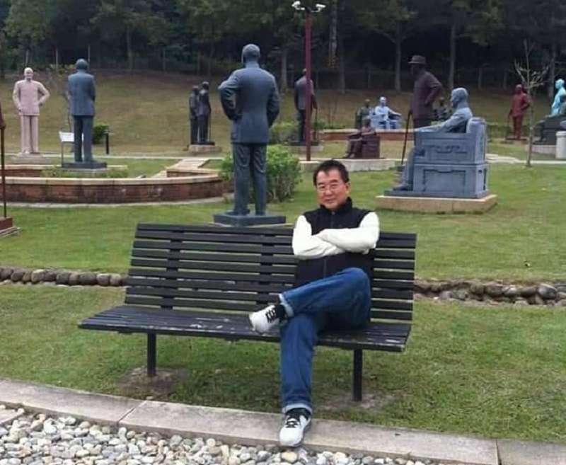 作者在桃園蔣介石園區留影,其實,早年的蔣介石雕像同樣不乏名家手筆。(作者提供)