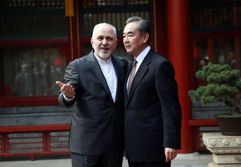 伊朗外交部長札里夫2月20日出訪中國,與中國外交部長王毅會面。(AP)