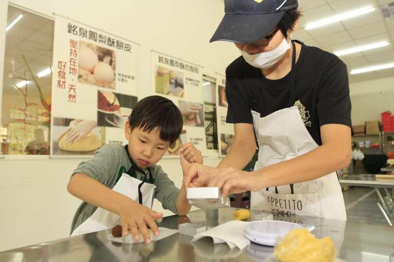 DIY體驗手作鳳梨酥、鳳梨Pizza,再好動的小孩也服服貼貼,雖然因為配料太香甜,很容易中途就被偷吃光了。(圖/李義章攝)