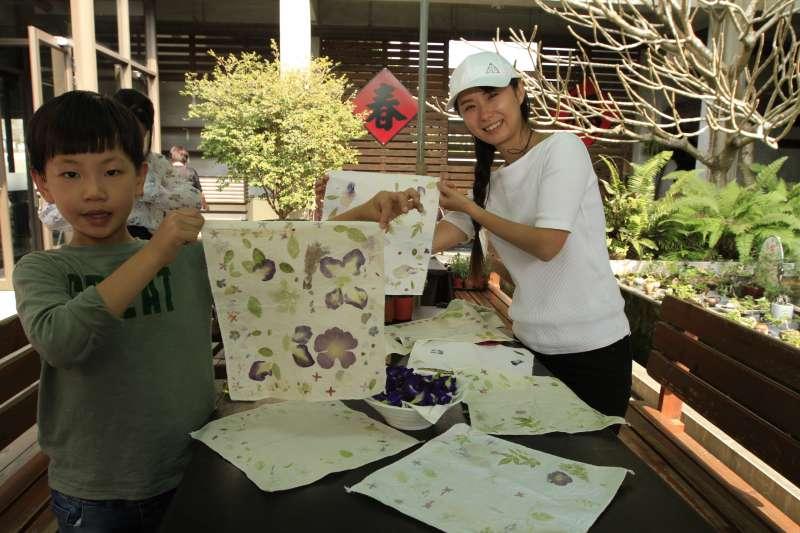 植物DIY拓染,專業老師帶你用天然的花草拓印出最美麗的圖案,連小小孩也能輕鬆上手。(圖/李義章攝)