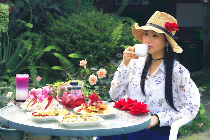 在開滿玫瑰花海裡的田園風光裡,連風聞起來都彷彿香香der~更棒的是可效法古人的吃花雅趣!滿滿一桌好像浮誇了點……但嚐過之後你會說:通通給我來一盤!(圖/李義章攝)