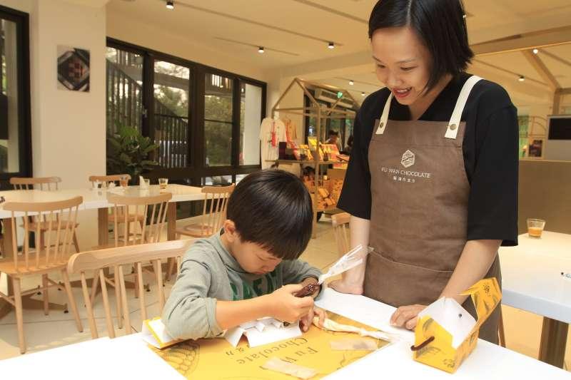 照片中是老闆許華仁的妻子林琬婷,親自教學小朋友製作手工巧克力。(圖/李義章攝)