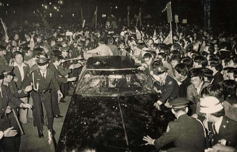 斷交後美特使克里斯多福來台,座車被憤怒的群眾以雞蛋、棍棒招呼。(聯合知識庫提供)