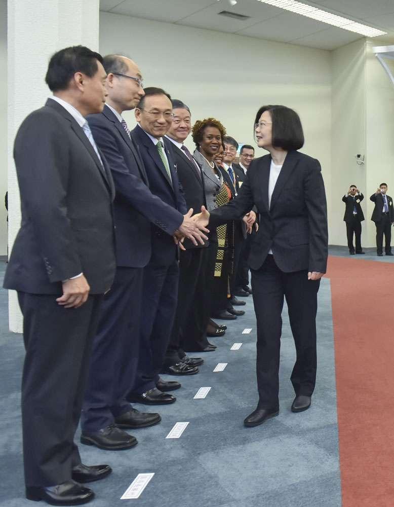 陳俊麟(左二)和「大老闆」蔡英文有革命情感,深受信任。(總統府提供)