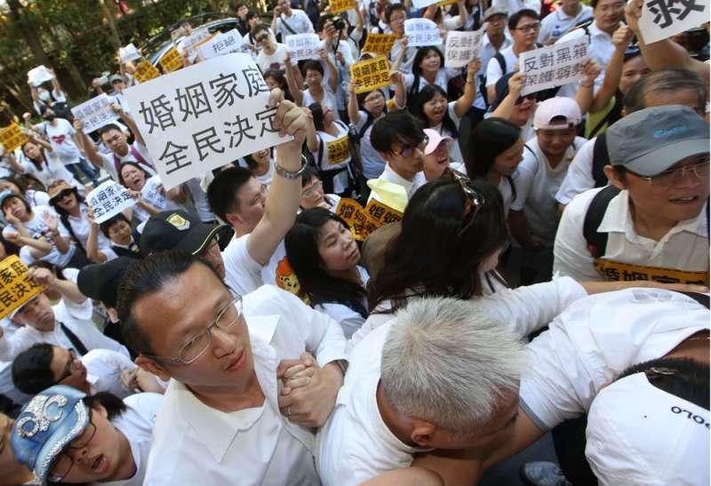 反同團體不滿政院版同婚草案,已將戰場轉移至立院。(郭晉瑋攝)