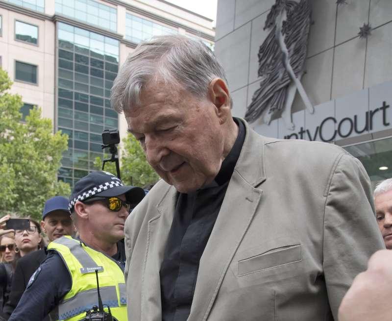 2月26日佩爾進入法院前,神情凝重。