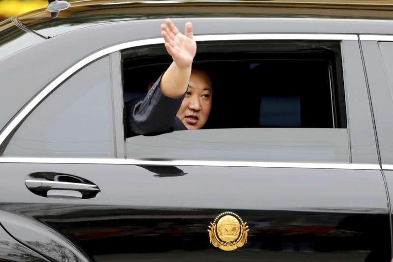 北韓領導人金正恩乘坐的專列在經過4天3夜的長途行進後,於26日上午8時10分抵達與越南邊境的諒山省同登站,接著轉乘轎車前往河內。 (AP)