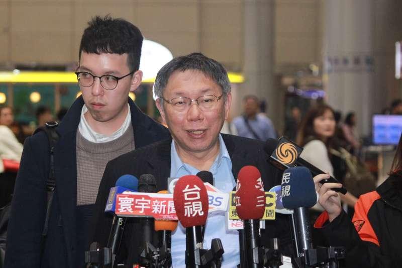 34台北市長柯文哲出訪以色列,27日下午返抵國門,左為副發言人柯昱安。(方炳超攝).jpg