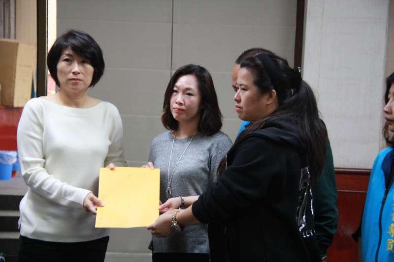 台東縣長饒慶鈴(左)接下家屬的陳情書,表示心情很沉重。(圖/台東縣政府提供)