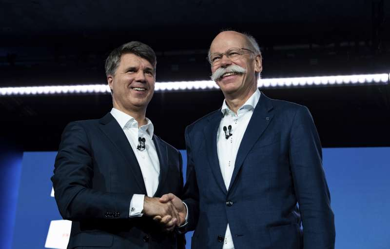 BMW執行長克魯格(Harald Krueger,右)與戴姆勒執行長柴奇(Dieter Zetsche,左)宣布兩家公司將攜手合作。(美聯社)