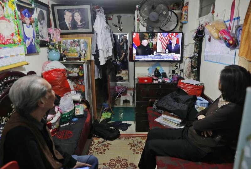 越南河內一個家庭正在收看當地的川金會報導。(美聯社)