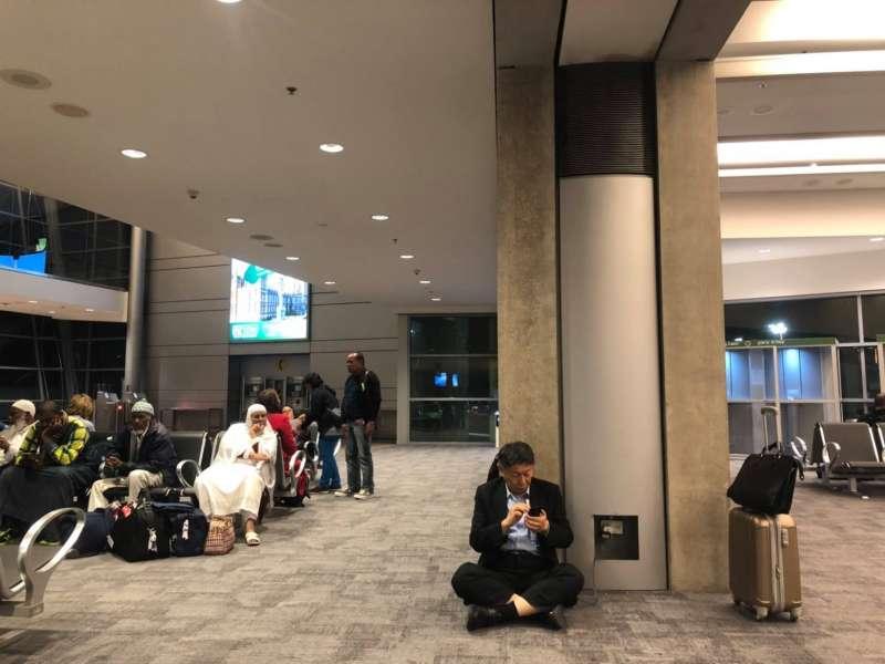 20190303-台北市長柯文哲日前出訪以色列,返國當天他在官方臉書Po出一張在以色列機場席地而坐充電的照片,引發網友熱議。(取自柯文哲臉書)