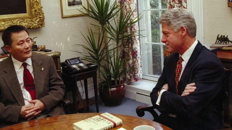 1997年12月8日,美國總統柯林頓在白宮會見中國人權倡導者和魏京生。((AP)