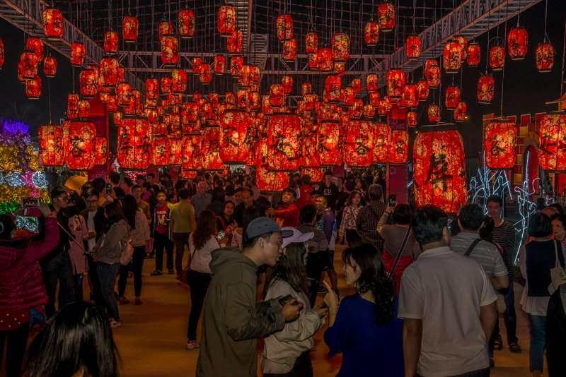 屏東燈會遊客紛紛慕名而來,已吸引將近600萬人潮。(圖/屏東縣政府提供)