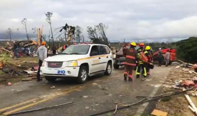 阿拉巴馬州龍捲風襲擊,救難隊員搜救中(AP)