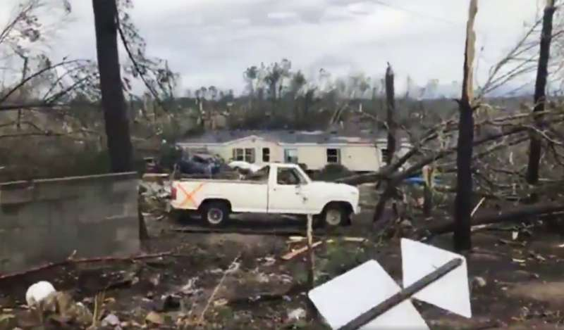 阿拉巴馬州龍捲風將樹木連根拔起