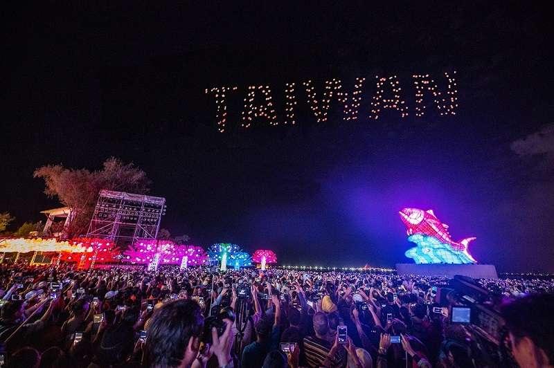 這次屏東主辦的台灣燈會叫人驚艷,無人機燈光秀是關鍵因素之一。(屏東縣政府提供)
