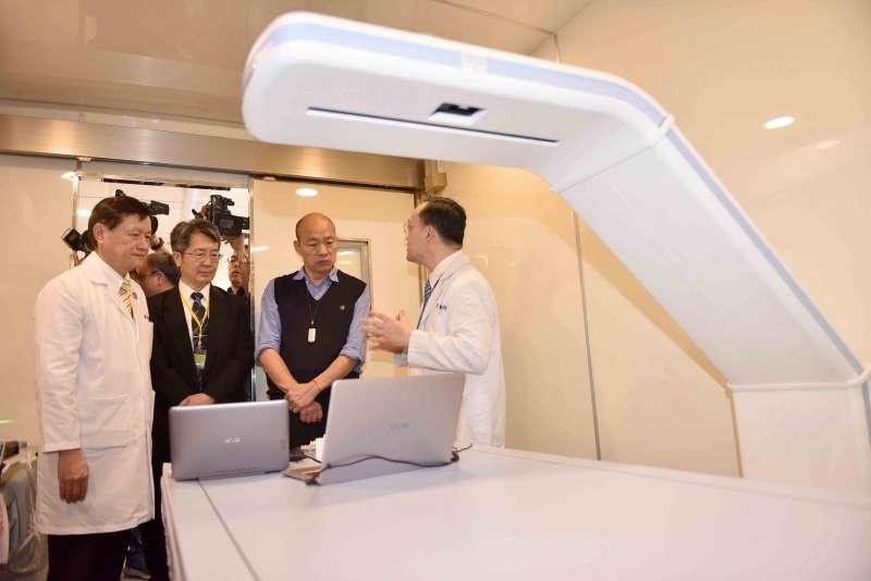 韓國瑜參觀「智能行動醫療巡迴車」的設備裝置,肯定醫療專業與優質服務。 (圖/徐炳文攝)