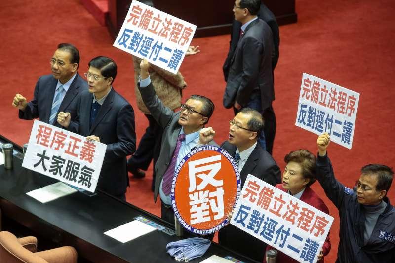 20190305-國民黨團立委5日針對民進黨團將同婚專法逕付二讀,於議場內舉牌抗議,並要求「完備立法程序,反對逕付二讀」標語。(顏麟宇攝)