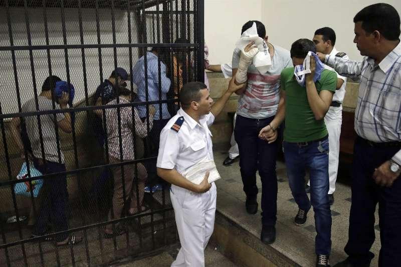 2014年11月1日,埃及開羅的法庭,數名埃及男子因參加尼羅河船上舉辦的同性婚禮而遭到判刑(美聯社)