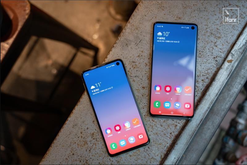 Galaxy S10 旗艦手機中採用了打孔的方式,使得螢幕可更不受黑邊限制。(圖/愛范兒ifanr)