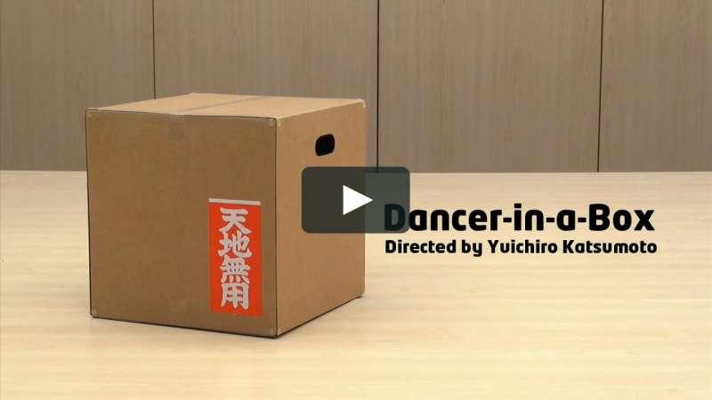 貼在紙箱外面的天地無用標語(圖/vimeo)